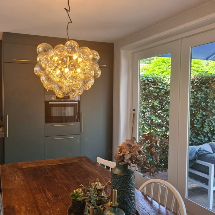 Art-Deco-hanglamp-zwart-en-messing-met-glas-8-lichts---Uvas