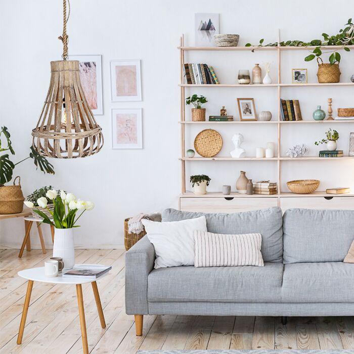 Hanglamp-huiskamer,-landelijk,-hout-met-touw,-bij-bank,-zithoek,-bijzettafel-of-salontafel
