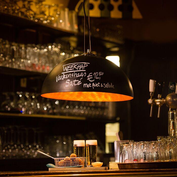Moderne-ronde-hanglamp-met-zwarte-krijtverf-en-gouden-binnenkant-50cm---Magna